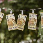 Na půjčování si peněz není vůbec nic špatného. A pokud si člověk půjčuje na důležité věci, není mu vůbec co vytknout. Když pak i řádně splácí.